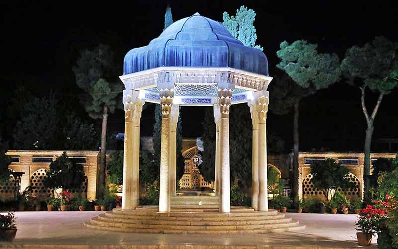نمایی از مقبره ی حافظیه در شب