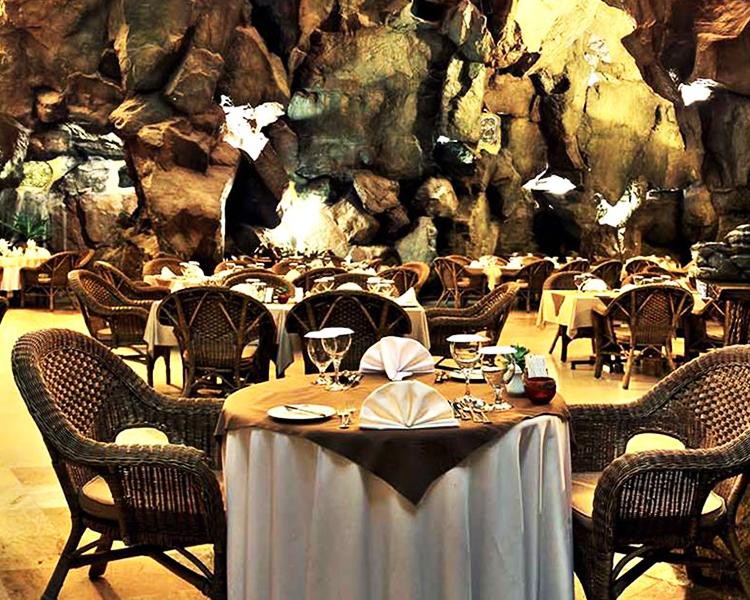 نمایی زیبا از رستوران کوه نور کیش