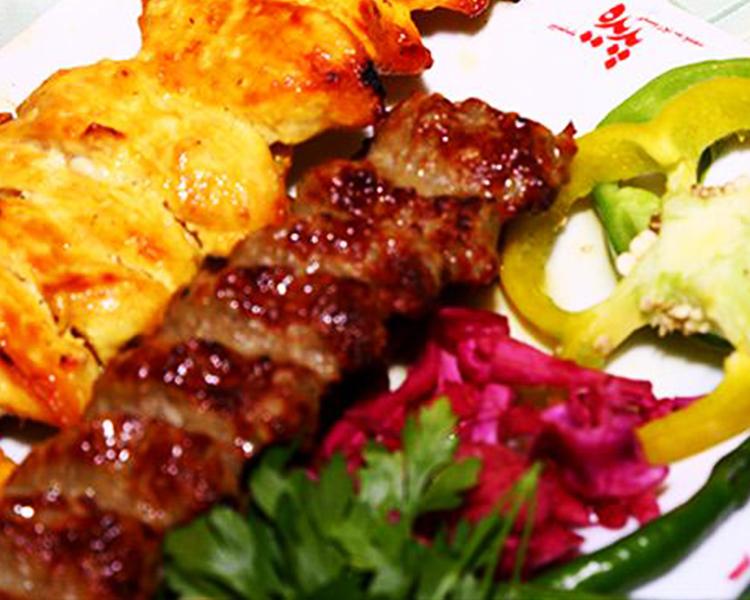 سرو کباب کوبیده و جوجه کباب در رستوران شاندیز کیش