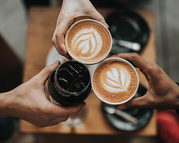 نمایی ازیبا از فنجان های قهوه کافه های کیش