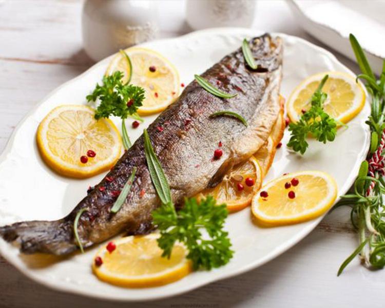 ماهی از غذاهای معروف جنوب کشور که  علاوه بر رستوران های دریایی کیش در  رستوران های خوب کیش سرو می شود