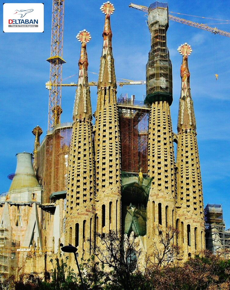 کلیسای ساگرادا فامیلیا در شهر بارسلون اسپانیا