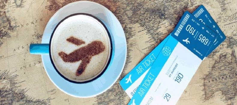 تصویری از بلیط خریداری شده در کنار فنجان قهوه