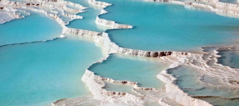 نمایی از چشمه های آبگرم پاموکاله ترکیه