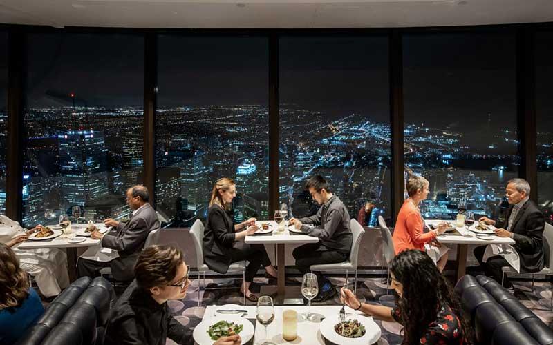 مردم در رستوران برج