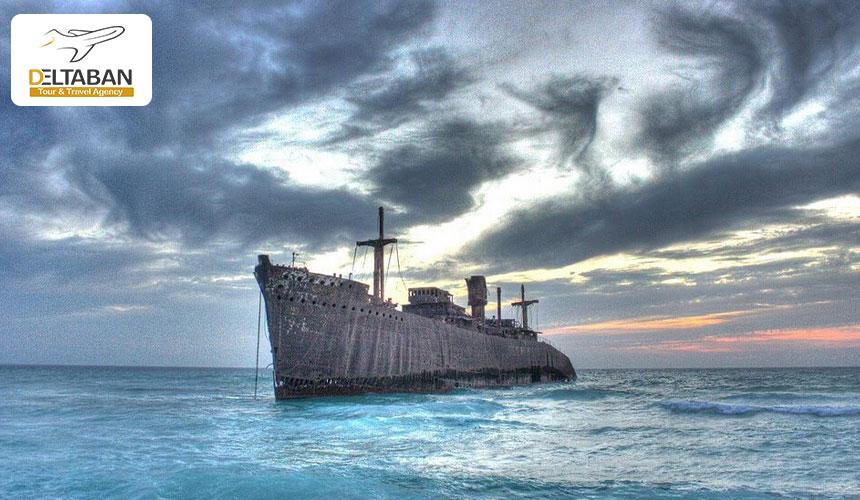 کشتی یونانی در حال غرق شدن
