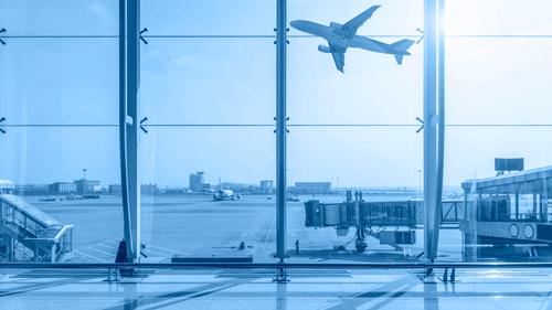 نمایی از باند فرودگاه از داخل ترمینال فرودگاهی