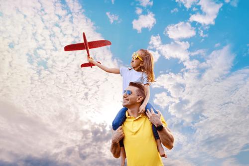 تصویری از کودک که با هواپیما در حال بازیست