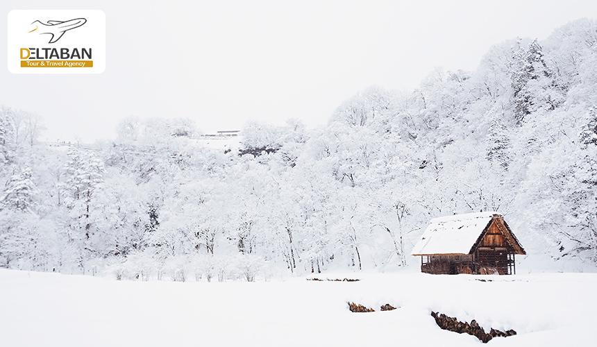 نمایی از یک کلبه در برف
