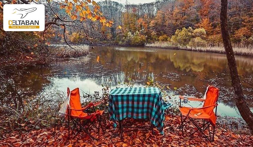 تصویری از میز و صندلی برای استراحت در جنگل بلگراد استانبول