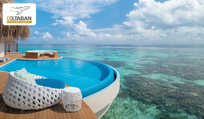 نمایی از استخر یک هتل در مالدیو