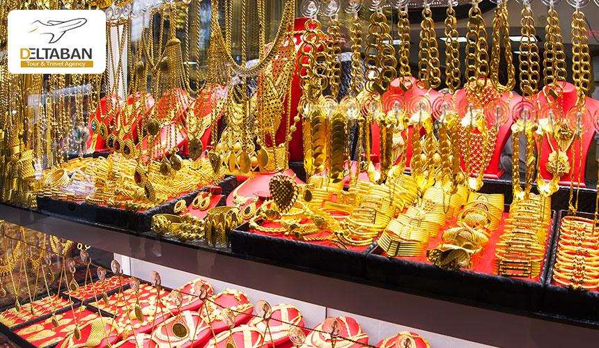 دستبند و گردنبندهای طلا در ویترین