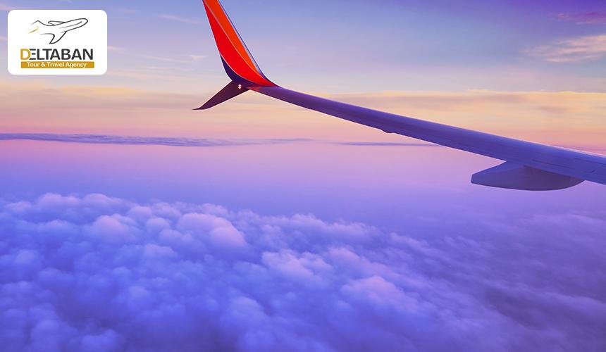 نمایی از بال هواپیمای در حال پرواز