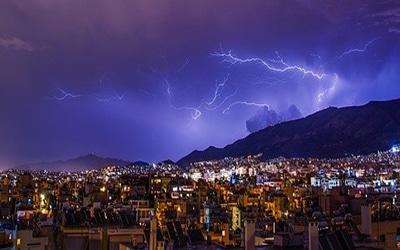 نمایی از رعد و برق در شب آتن