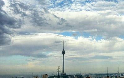 نمای برج میلاد تهران در هوای ابری