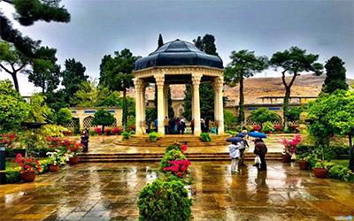 عکسی زیبا از حافظیه در هوای بارانی