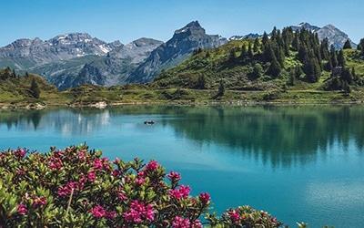 نمایی زیبا از دریاچه ای در سوئیس