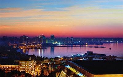 تصویر بندر باکو در شب
