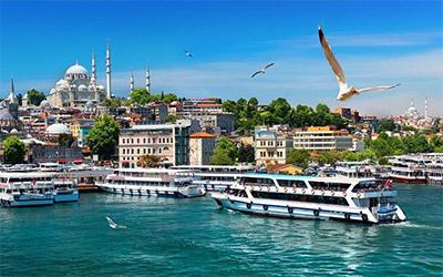 تصویری از کشتی ها و قایق ها در ساحل استانبول
