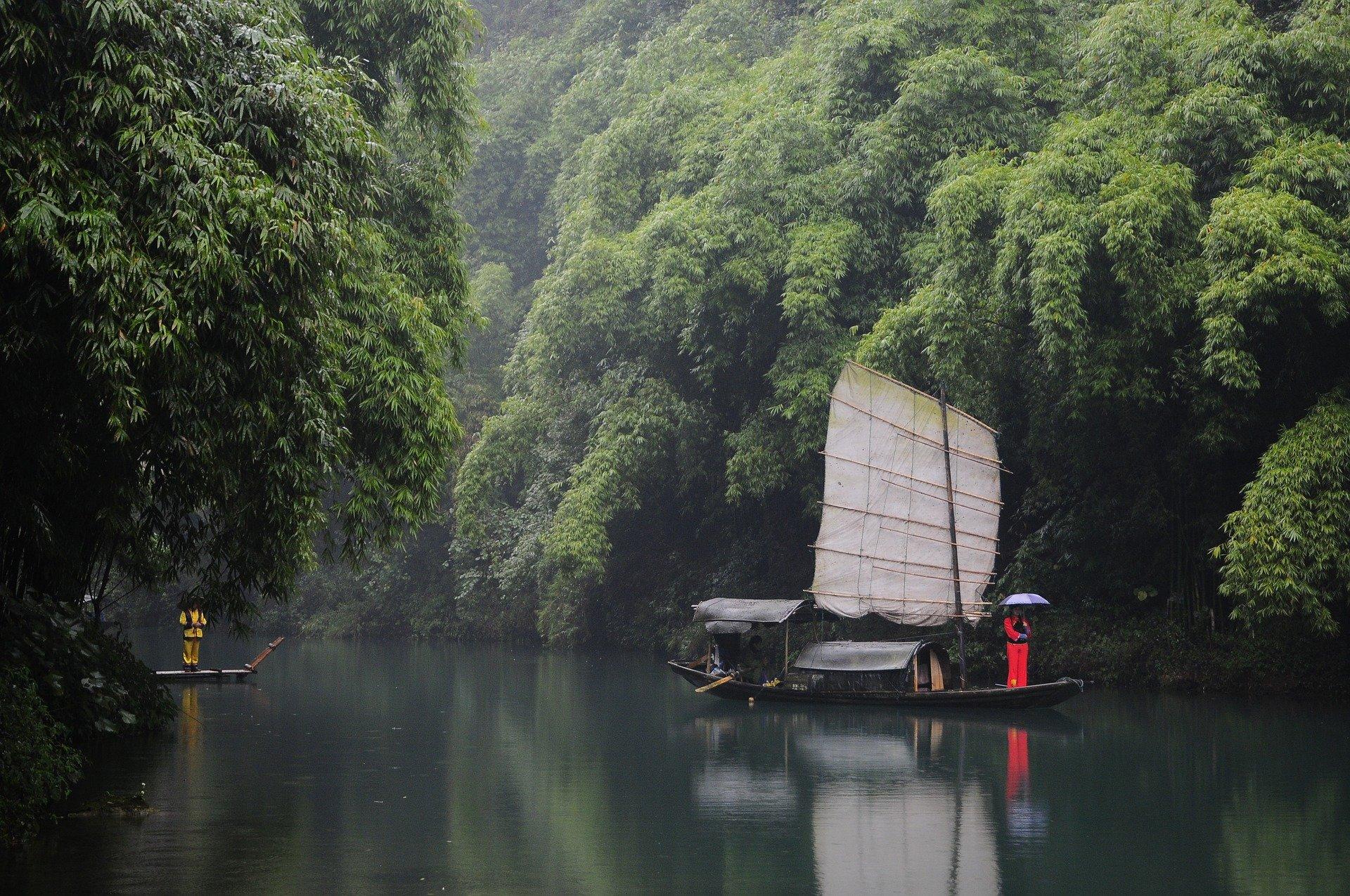 قایقی در آب های چین