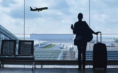 نمایی از فردی ایستاده در فرودگاه