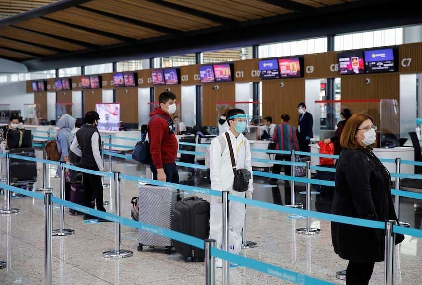 رعایت فاصله اجتماعی در فرودگاه
