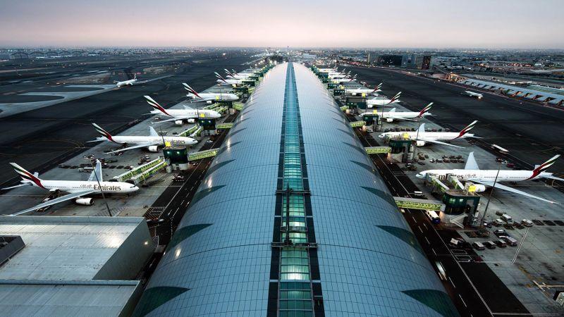 هواپیماهای پارک شده در فرودگاه برای پرواز اتصالی و پرواز مستقیم