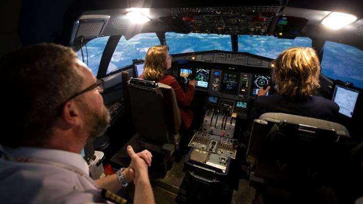 نمای داخلی از کابین هواپیما مهندس پرواز به همراه کاپیتان