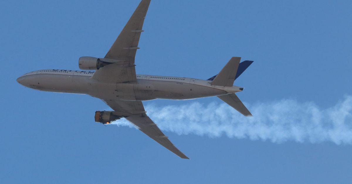 نمایی از هواپیمایی با یک موتور خراب در آسمان