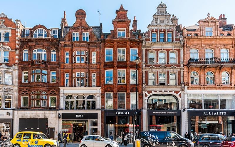 نمایی از مراکز خرید واقع در خیابان نایتربریج لندن انگلستان