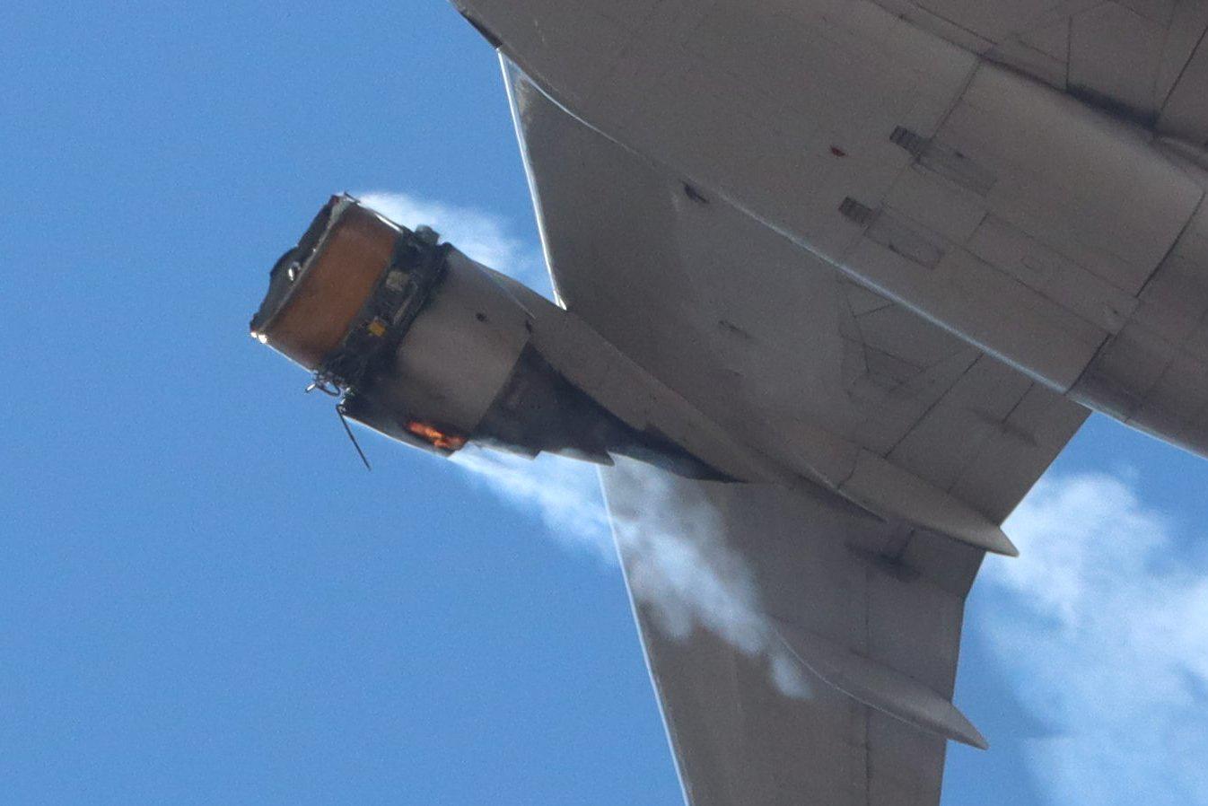 نمایی از موتور خراب شده ی هواپیما در حال دود کردن در آسمان