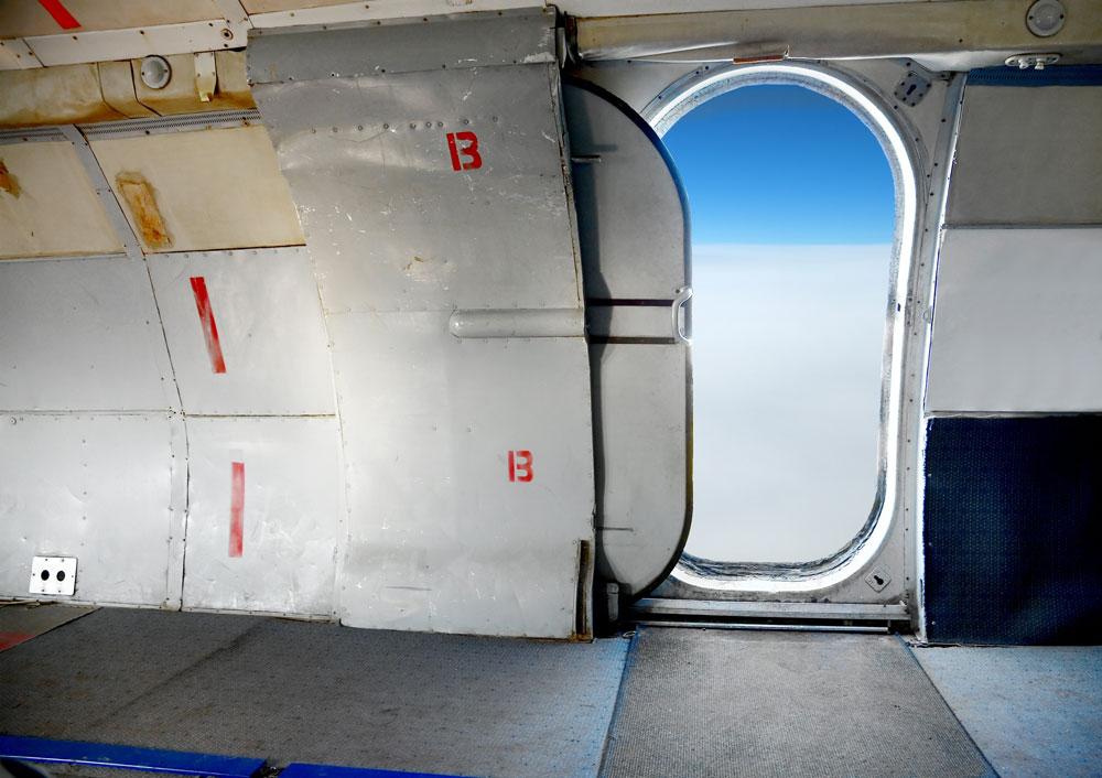 نمایی از درب باز هواپیما