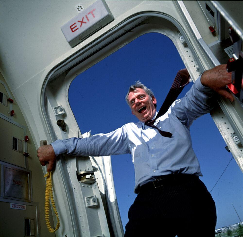 باز شدن درب هواپیما به طور اتفاقی و خلبانی در حال پرت شدن به بیرون از درب هواپیما