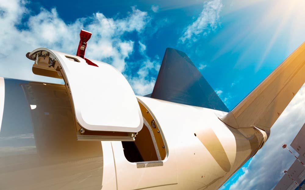 هواپیمایی با درب باز در فرودگاه