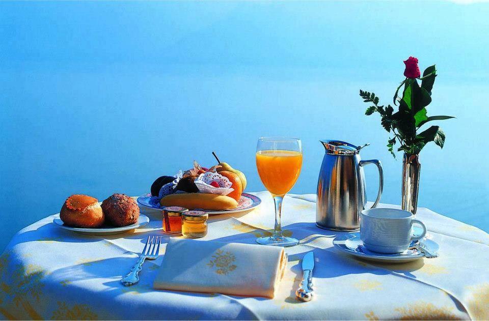 نمایی میز صبحانه در هتل