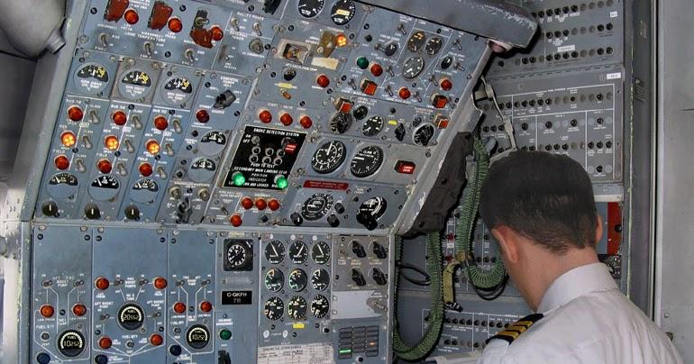 مهندس پرواز روبروی برد