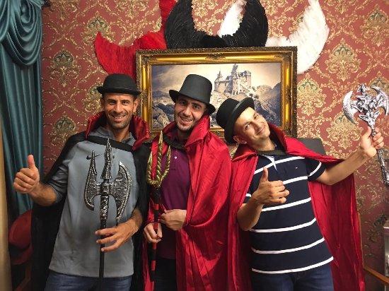تعدادی از بازیکنان در خانه خون آشام استانبول
