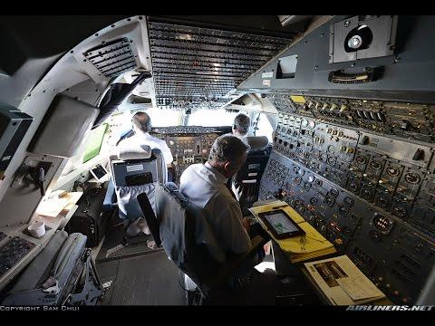 نمای داخلی از کابین هواپیما و مهندسین پرواز