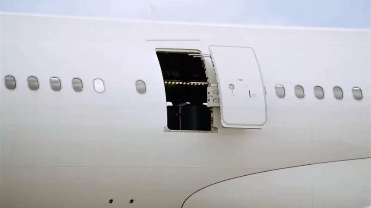 باز شدن درب هواپیما به طور اتفاقی