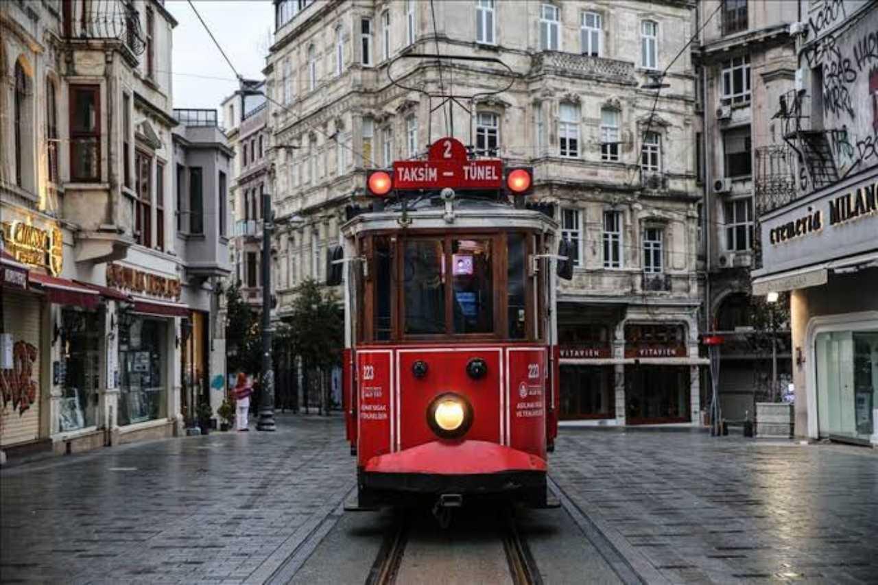 خیابان استقلال از مهم ترین محله های خرید در استانبول (İstiklal Caddesi)