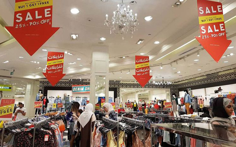 نمایی از تخفیفات یکی از فروشگاه ها در اوت لت های بی